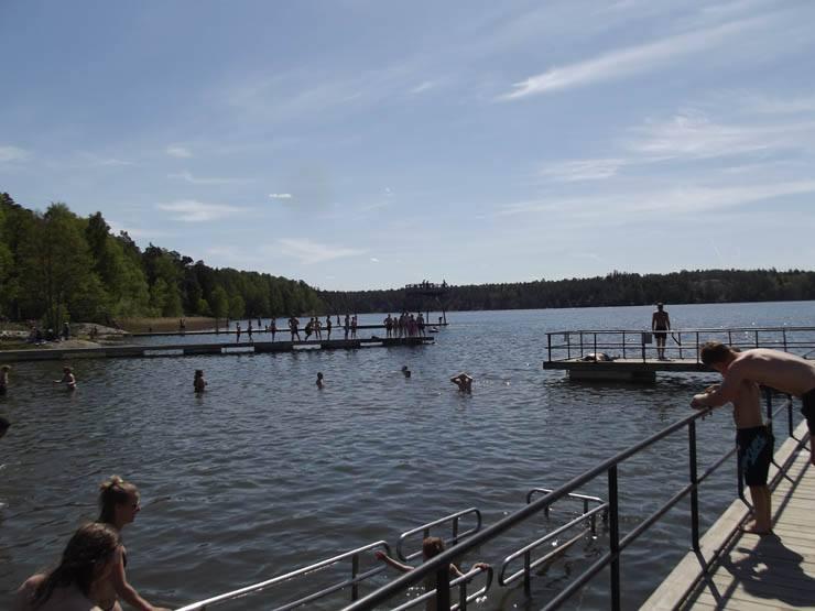 Flatenbadet har en handikappramp så det ska vara lätt att gå i vattnet med rullstol.