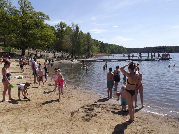 Flatenbadet - Fotona är från av de första varma dagarna på året, i maj, så stranden är halvfull.