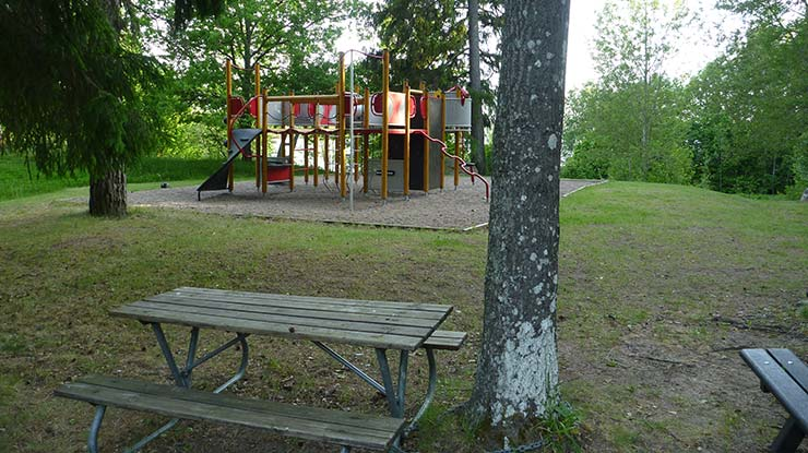 Lundabadet har en lekplats.