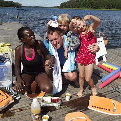 Stolta barn med diplom och simmärken