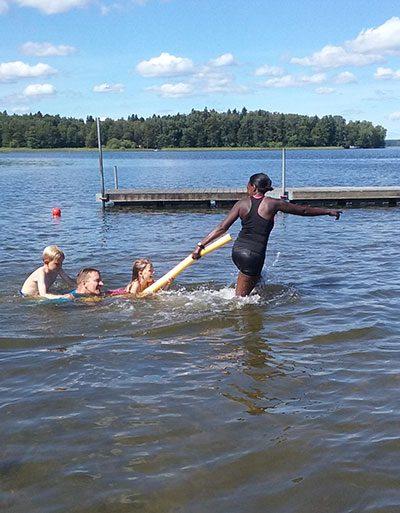Efter hård simträning i fortsättningskursen förtjänar barnen lite skoj och lek